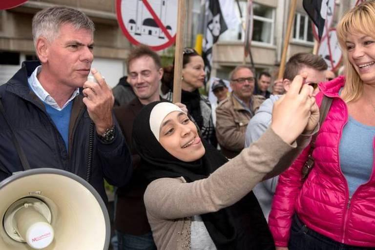 Manifestation anti-islam à Anvers: elle se prend en selfie avec Filip Dewinter