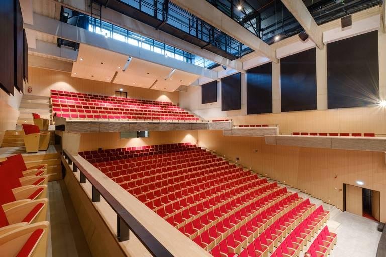 Aussi sobre, belle et accueillante que le reste du bâtiment, la grande salle est dotée d'une acoustique extraordinaire.