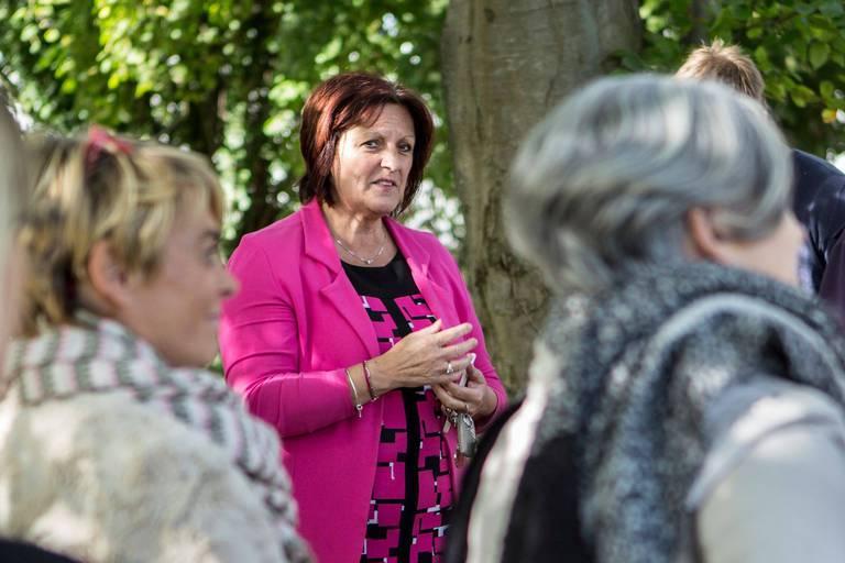 Brigitte Aubert-Verhelle, bourgmestre de Mouscron, tete de liste aux elections communales 2018, rencontre un groupe de personnes souffrant de la fibromyalgie.