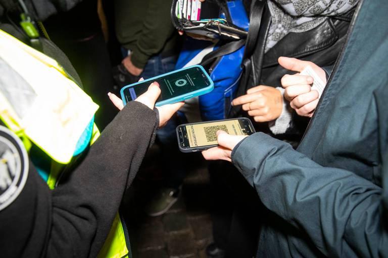 """À moins de deux jours de l'élargissement du pass sanitaire à Bruxelles, son contrôle tracasse les bourgmestres: """"Le personnel est exténué"""""""