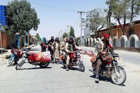 Des combattants talibans mercredi dans les rues de Ghazni, tombée le jour même.