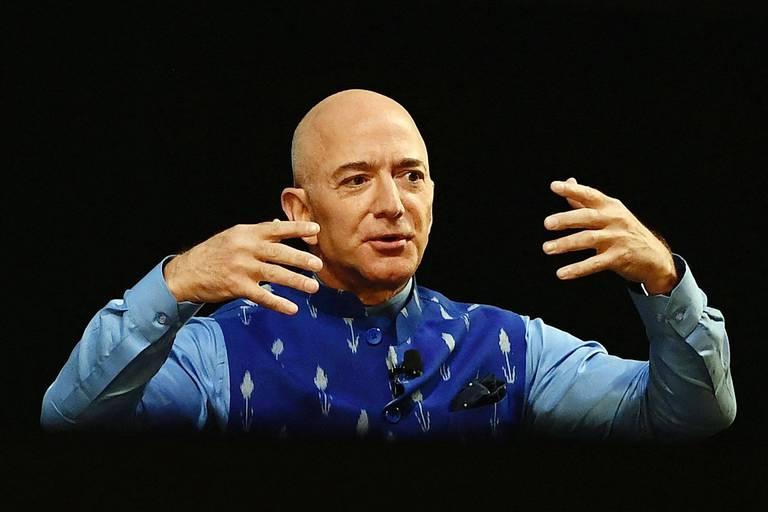Jeff Bezos, réputé être la personne la plus riche du monde, fait-il un pas de côté à un moment critique? Pas vraiment, Amazon est au mieux de sa forme.