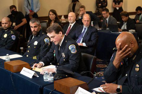 """""""J'ai pensé que j'allais mourir comme ça"""" : des policiers décrivent avec émotion l'assaut """"terroriste"""" contre le Capitole"""