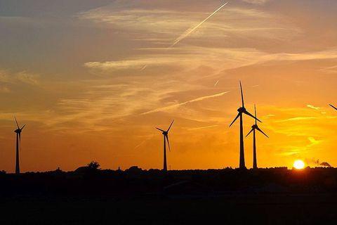 eoliennes eolien vent energie vert durable renouvelable environnement rural champs parc electricite fournisseur agriculture ciel soleil climat meteo
