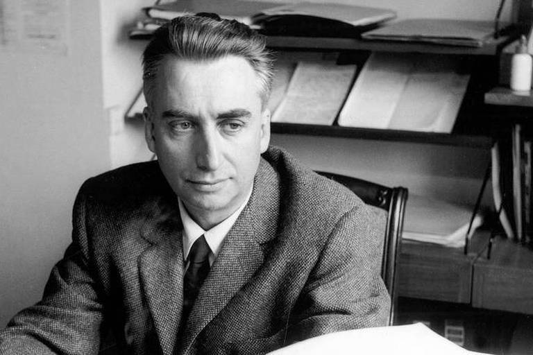 Roland Barthes (1915-1980) ecrivain et critique francais ici chez lui en 1964 --- Roland Barthes (1915-1980) french writer and critic here at home in 1964 Reporters / Rue des Archives *** Local Caption *** Roland Barthes (1915-1980) french writer and critic here at home in 1964
