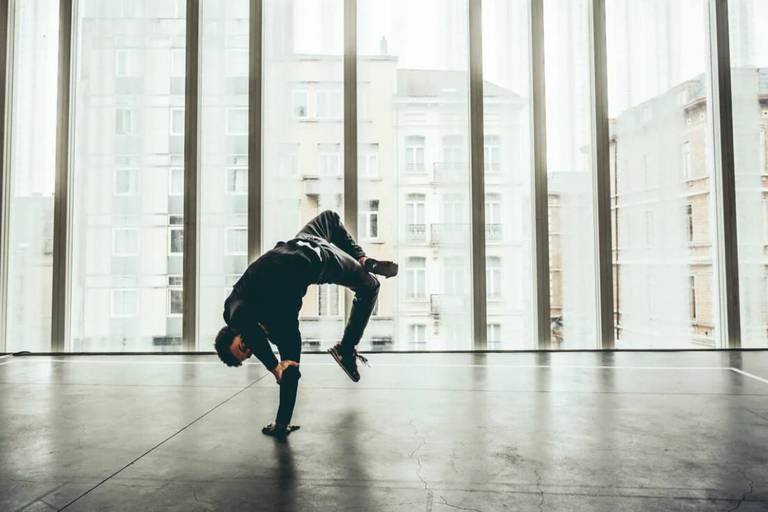 """Concours : La Libre vous offre 3x2 tickets pour le spectacle de danse """"Dress Code"""" de Julien Carlier. Le 28 novembre à 19h00 aux Écuries de Charleroi"""