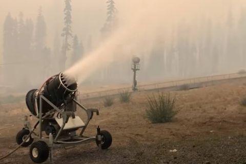 Californie: une station de ski utilise ses canons à neige contre les incendies