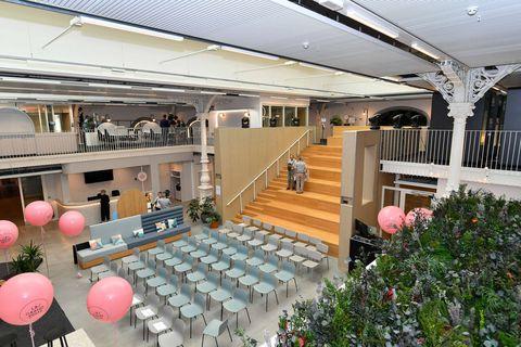 L'ancienne salle des guichets de La Grand Poste de Liège a été complètement métamorphosée pour accueillir les nouveaux locataires (étudiants, entrepreneurs…).