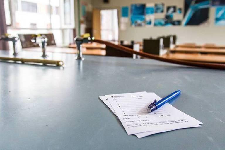 """""""Les profs au feu et l'école au milieu"""", le livre-brûlot d'un enseignant en colère"""