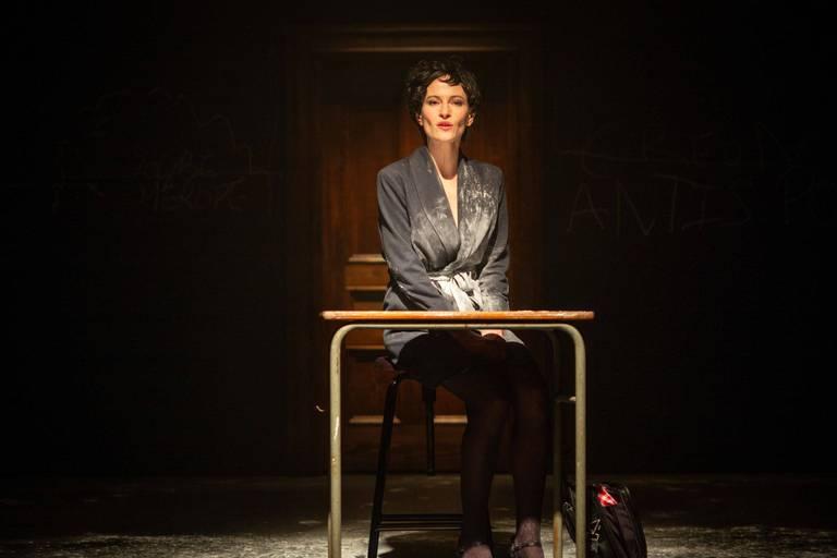 Edwige Baily sous les traits d'Huguette, élégante professeure qui vit sa vie au travers de la littérature.