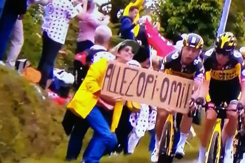 """La spectatrice à la pancarte """"Allez Opi-Omi"""" s'est expliquée : voici à qui s'adressait son message"""