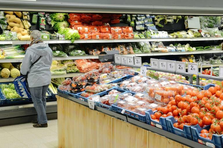 Pour la grande distribution alimentaire, qui a bénéficié de la crise sanitaire pour augmenter ses ventes et ses marges, le réveil risque d'être dur. Et de l'engager dans une guerre des prix.