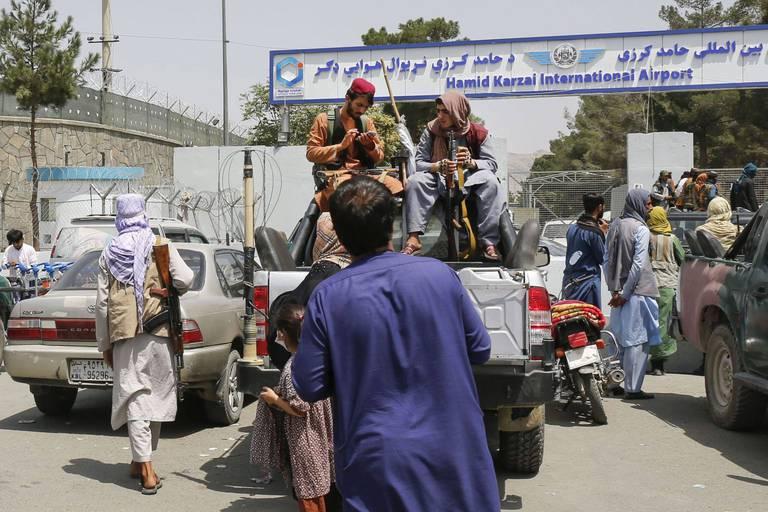 """Les Américains évacueront autant de personnes que """"possible"""", les talibans ne tiennent pas leur promesse sur l'accès des Afghans à l'aéroport de Kaboul"""
