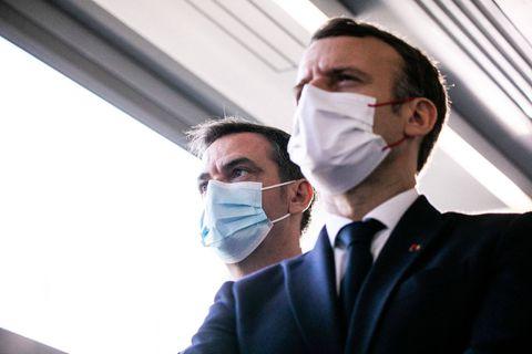 """""""Tiens bon, on les aura ces c*******"""": le SMS de soutien d'Emmanuel Macron à son ministre de la santé crée la polémique"""