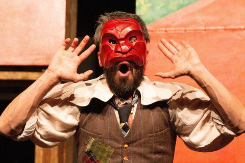 Othmane Moumen interprète un Arlequin espiègle, fourbe et gourmand avec une agilité déconcertante.
